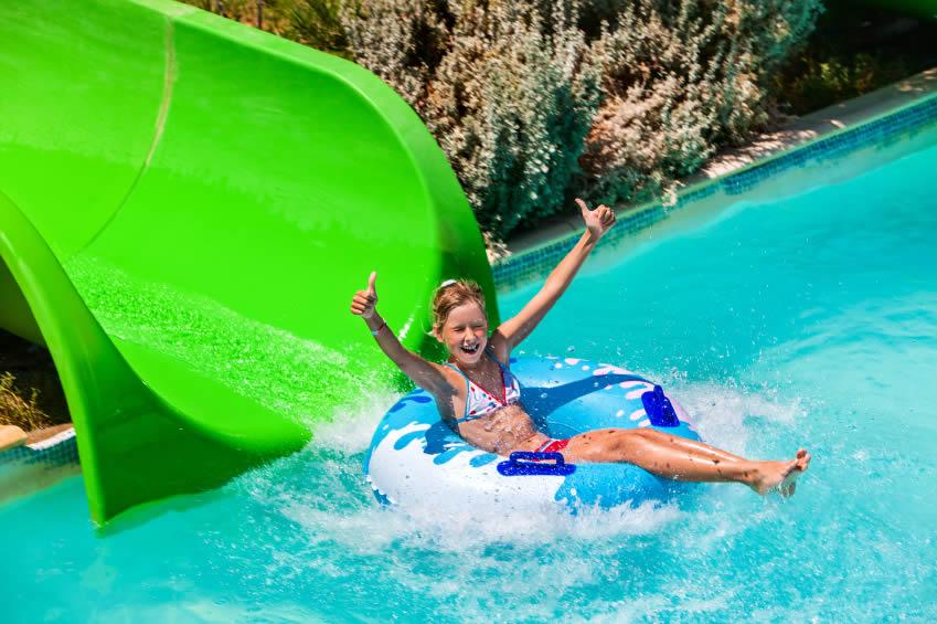 Tropisch zwembad met leuke glijbaan
